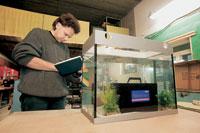 Каждую из тестовых батарей мы держали в аквариуме 10 минут, наблюдая за пузырьками, выходящими из-под крышек и из вентиляционных каналов. Ни у одной из батарей пузырьков не обнаружилось...