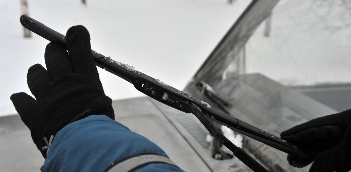Установка зимних щеток стеклоочистителя