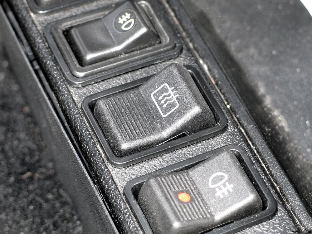 Выключатель обогрева заднего стекла располагается на приборной панели автомобиля