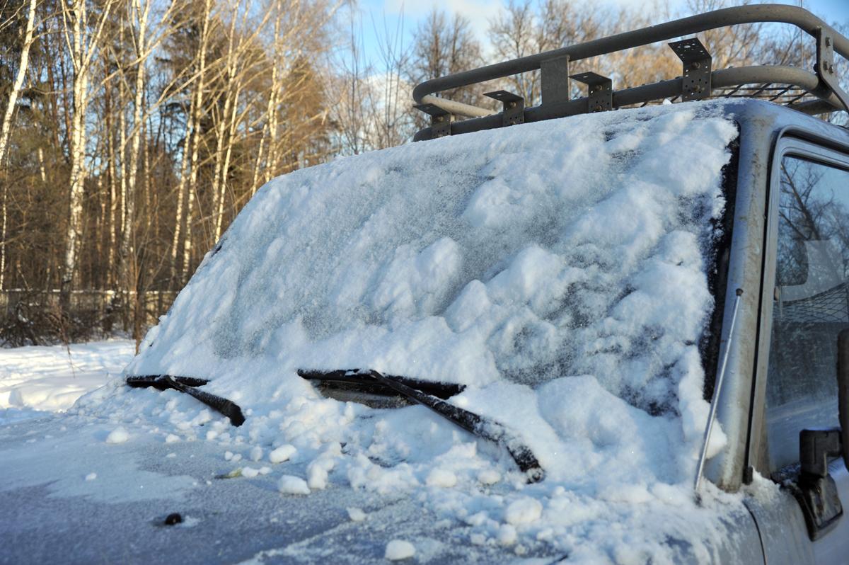 Испытание зимних щеток снежным завалом