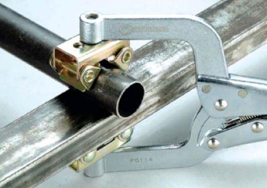 Зажим с фиксатором позволяет удерживать свариваемые или иным способом обрабатываемые детали